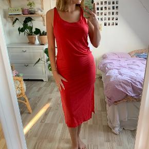 Rød oversize kjole fra &OtherStories i str. 34 🌹 Der er slids på hver side af kjolen 🌺 Kun brugt én gang, og fremstår derfor som ny!  Kommer fra røgfrit hjem ✨