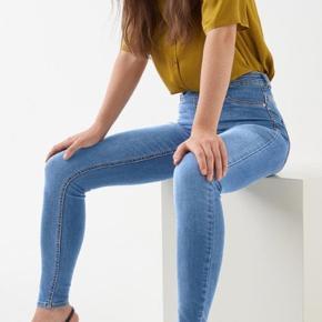 Helt nye lyse Molly High waist skinny jeans fra Gina Tricot.   Aldrig brugt, kun prøvet på.  Skriv gerne for mere:)