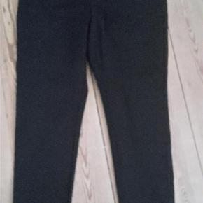 Varetype: bukser Farve: sort  Dejlige bukser med stræk, to lommer foran og lynlås midt bag. Lille str. 42  Byttes gerne med samme i str. 46  Sendes med Dao kun i Dk.