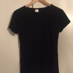 Sort tætsiddende t-shirt fra H&M i sort, str. M.  Np: omkring de 100kr Mp: 50 eksklusiv fragt