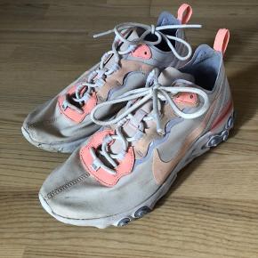 Nike react, passer bedst en str 39, brugt mindre end 5 gange.  De trænger til en lille rens ;)   ———————————————————————  Se mine andre annoncer!  ARKET, & Other Stories, Rodebjer, Samsøe & Samsøe, ARQ, Monki, H&M, Nike, Zara, Ray Ban, Won Hundred, ENVII, American Apparel