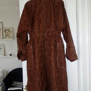 Sælger den fine jakke fra Malene Birger, det er et sample så der findes kunne denne ene , fint stof, jakken kan bruges som sommer jakke eller bare her til vinter over et par jeans eller lign. Jakken har velour knapper, bindebånd i taljen, slids bagi og hvide stikninger. Størrelsen er 36, men kan sagtens bære en str. 40 også...