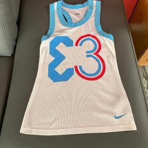 """Nike FIT DRY sportstop, kan også bruges som top til et par bukser/shorts  Mulighed for """"Køb nu"""" eller mødes og handle :)"""