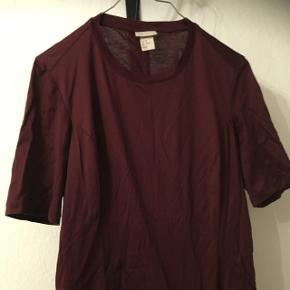 Mørkerød t-shirt fra H&M i str. 40.  25kr, eller byd.  Aarhus