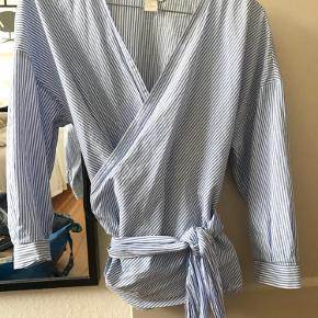 Slå om / wrap bluse fra H&M