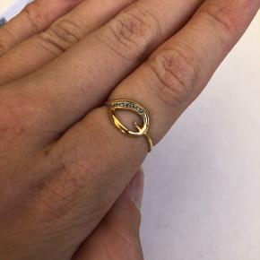 Smuk ring, i ægte guld. Havde en perle i hullet som desværre er faldet af. Bud ønskes, men sælger billigt!  Mærke er ukendt da den er købt hos guldsmed.   Pandora, pernille corydon, pilgrim, gina tricot