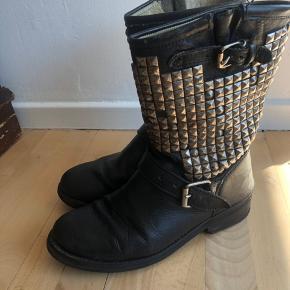 Varetype: Bikerstøvler Farve: Sort Oprindelig købspris: 3000 kr.  Gode støvler, som jeg desværre ikke får gået i længere.