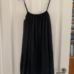 Smuk kjole i 'fed' silke. Regulerbare stropper og tætsiddende underkjole. I perfekt stand.
