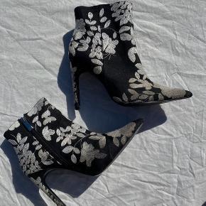 Disse støvler er ret slidte. Men også alt for pæne og seje til at smide ud. På fødderne er slider ikke ligeså tydeligt som på disse billeder :-)