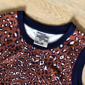Super fin og dejlig blød kjole fra Baum und pferdgarten str. m i mørkeblå og cognac farvet leopard  Nypris 800 kr Bytter ikke