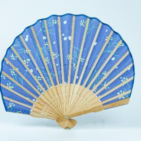 Original håndlavet japansk vifte. Lavet i silke og bambus. 22,5 x 23,5 cm  Kan evt sendes som brev (10 kr)  Jeg har flere på lager, skriv evt for at få flere eksempler