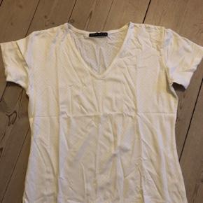 T-shirt fra Vero Moda med v-udskæring i str. large, måler 48 cm i bredden og 56 cm i længden, kun vasket en gang, har den også til salg i sort, jeg sender gerne.