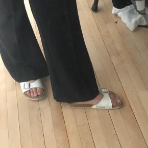 Et par birkenstock sandaler som ikke er brugt særlig meget. Jeg har gået med strømper i sandalerne derfor er de lidt mørke i bunden. De fejler intet og i og med at de ikke er brugt særlig meget er de heller ikke gået til efter min fod.:)