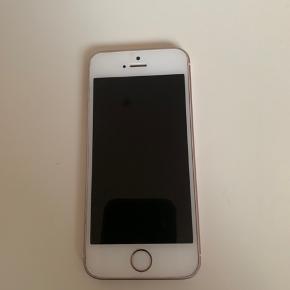 IPhone 5SE 64GB i rosegold.  Telefonen har små skrammer. Skærmen er intakt og telefonen virker upåklageligt.
