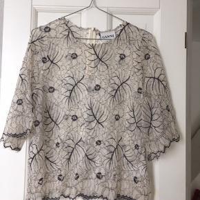 Fineste top/tunika/bluse med rund udskæring og llle ærme.Lace top  Modellen hedder california lace.  Str 38, M  Sælger meget andet
