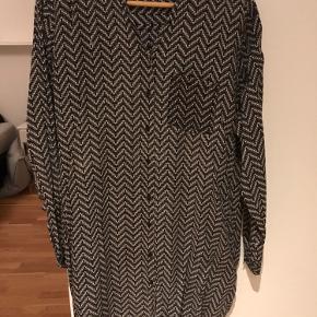 Lenora shirt dress str xs, men den er meget rummelig og svarer til en medium. Svarer nok til str 38. Brugt og vasket nogle gange - kunne trænge til en strygning. Fremstår fin.