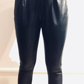 Varetype: Bukser Farve: Sort  Smarte Educe bukser med PU læder foran og lækkert blødt stof bagbå. Bukserne har lommer foran og lynlås lukning  Materiale Front: 100% Sheep Nappa Ponte Bag: 95% polyester, 5% elastan