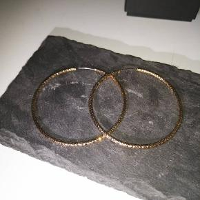 Flotte øreringe i guld. Kan ikke huske hvor jeg har købt dem fra, men jeg er til at forhandle med😊