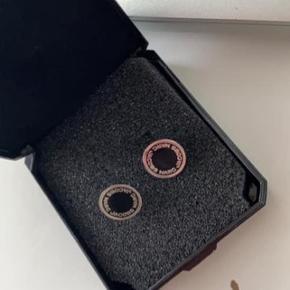 Marc Jacobs studs øreringe i sort. De har få brugs tegn. Der medfølger IKKE låse, da jeg har mistet dem, men alle slags kan bruges på dem, jeg brugte nogle fra andre øreringe, DM for flere billeder :)