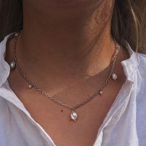 Chainkæde  Kæden er lavet i forsølvet metal, og med smukke vedhæng  Den kan også laves i guld🌸