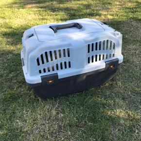 Transportkasse til lille hund eller kat. Måler 47 cm i længden og 29 cm i bredden. Aldrig brugt - sendes ikke.