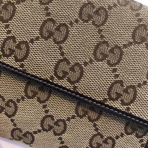Sælger min Gucci pung, den er meget fin i stand, men da den er af vævet stof udvendig kan det ikke indgåes at man kan se den har været brugt. Har ikke længere kvittering og dustbag. Pris sat efter stand.