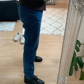 Armani jeans Jeg er selv 174 så det er forholdsvis lange bukser, og passer cirka en small da jeg er det Skriv endelig for mere info❤️