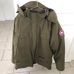 ÆGTE Canada Goose herrejakke i armygrøn. Brugt meget få gange, rigtig flot stand. Str XL