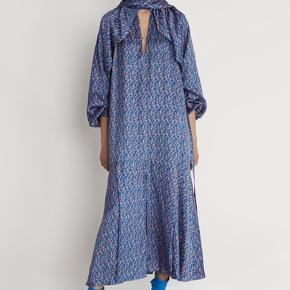 RODEBJER DRESS YARA WINGS ... AW19  Super smuk og helt unik udtryk 👌  Aldrig brugt ... nypris i butikker lige nu 3100,-   52% viscose and 48% rayon Fast pris og ingen byt 👍