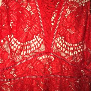 Smukkeste, røde blondekjole fra H&Ms AW18 kollektion.  Nypris 599
