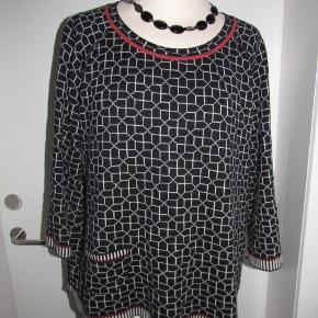 Dejlig blød sweater med lomme i Dansk design og kvalitet.Har 3/4 ærmer med fine stribede kanter. Brystvidde : 126cm Har lidt brugsspor i form af fnuller,kan sikkert fjernes med shaver. Nypris 799 nu 125 pp