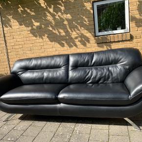 Grenoble sofa i sort kraftigt Soleda kvalitets læder og ben i krom. Rigtig fin stand fra ikke dyre dog røg hjem. Produceret af den danske møbelfabrikant Hjort Knudsen.  Nypris: 8000  Sælges kun pga. Flytning.  Mål: 230 cm x Bredde: 95 cm x Højde: 88 cm.   Fragter gerne for egenbetaling