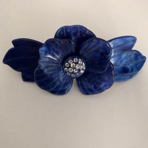 Sui Ava. Blå smuk hårspænde. Ene blomsterblad faldet af (suk). Køb mig.