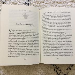 """""""Pigerne fra Nordsletten - Prinsen"""" af Line Kyed Knudsen. 1. bind i serien. Hardback. 165 sider. Fra 10 år. Ny - har ikke været læst.  Nypris 129,95-  Sender gerne.  Tekst fra forhandler: """" Sita, Anne og Maren bor på et børnehjem med den modbydelige forstanderinde, frk.Høeg. En dag lykkes det de tre piger at flygte ud i skoven. De bliver hurtigt viklet ind i et dramatisk eventyr, der blandt andet involverer en uregerlig prinsesse, en vild bjørn, en madglad konge, nogle onde hekse, der spiser spædbørn - og et uopklaret mysterium fra fortiden. """"... en god røverhistorie for piger ... Line Kyed Knudsen skriver godt og flydende og fastholder uden problemer spændingen hele vejen igennem."""" Damian Arguimbau, Weekendavisen """"... en indtagende blanding af fortælleglæde og hittepåsomhed (...) Det er svært ikke at holde af den.""""Steffen Larsen, Politiken."""""""