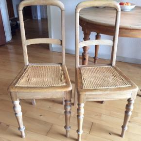 2 gamle fine godt slidte stole. Måske egetræ. De trænger til både lim og en kærlig hånd. Begge flet sæder er intakte. Byd. Skal afhentes i Viby.Højde 93cm Siddehøjde 47cm Sædebredden er 40 cm på det bredeste stykke.  Prisen er for dem begge