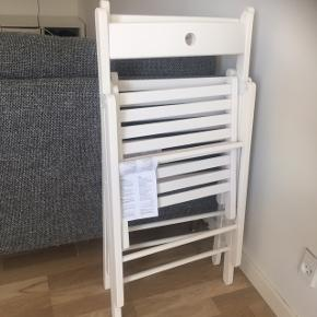 To fine hvide klapstole fra Ikea. Tag begge for 100. Kan afhentes ved lergravsparken.