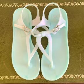 Str 38 lys turkis plast sandal fra Even&Odd. Aldrig brugt, men har lagt op at noget i skabet der smittede af på dem. Se billederne.