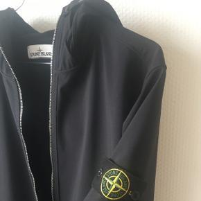 Skøn softshell jakke fra Stone IslandStørrelse L Den er i rigtig god stand. Brugt meget skånsomt Nyprisen var 3000 kr  Alt medfølger