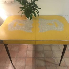 Amerikansk dinerbord fra 50'erne med jernben. Originalt og super flot.