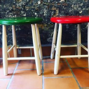 To skønne RETRO taburetter rød og grøn også gode som natborde eller planteopsats. siddehøjden er 45. Cm  Pris. 375.kr stk