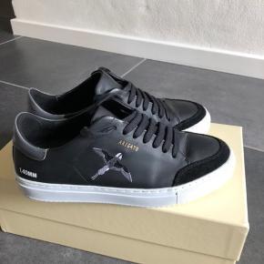 Super lækker stilren sneakers. Sælges da desværre er for små, men skoen er stor i størrelsen, så passer nemt en str. 40