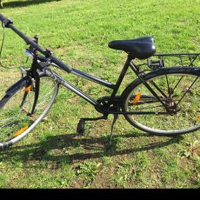 """Puch Cosmo pigecykel. 2 år gammel. Den har rust og trænger til nye pedaler og bagskærm - derfor den billige pris. 3 gear. 28""""."""