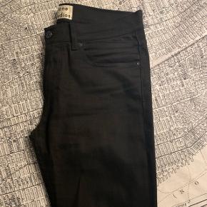 Acne Studios jeans, skinny. Brugt ca. fem gange, men meget få, hvis nogen, tegn på brug.  32/32  Pris: 500 kr. uden fragt  Kvittering haves ikke