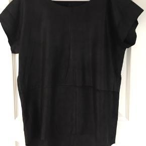 Super smuk skind top/t-shirt fra DAY  (Mærket er desværre røget ud)  Aldrig brugt.   Nypris ca. 2400 kr.