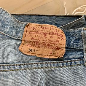 Levis Vintage Jeans 501, waist 30 Godt brugt, men stadig god stand Der er lidt cykelolie i bunden af begge bukseben, men det kan evt. forsøges at få fjernet med rensebenzin