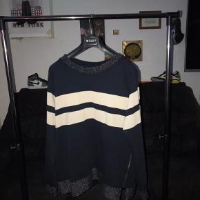 Har denne lækre sweatshirt mærke (gustav) 100kr så er den din 😁   Den er en XL men jeg mener den fitter mellem Medium og large ✋   Den har et flot glimt af glitter og nogle lækre nyancer af farver. Hvis du har spørgsmål er du velkommen til at skrive😉