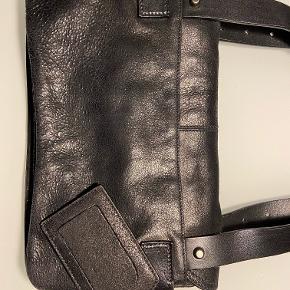 Sælger min Balenciaga skuldertaske fra omkring 2002.  Tasken er brugt, men i meget pæn stand.  Ny pris ca 11.000 ,-  Måler 20x32 cm Dustbag medfølger.