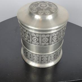 Gammel tin dåse fra 60'erne er blevet brugt til tobak. Signeret i bunden med pewter Haugrud fra Norge. Nr. 508. Måler 13 cm i højde og 10,5. I omkreds. Skriv endelig ved spørgsmål 😀