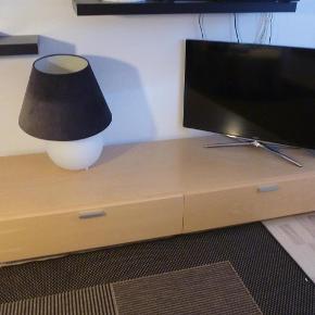 Varetype: TV bord i massivt træ Størrelse: Stort Farve: Træ  Tv bord, ILVA  Super lækkert TV bord i massivt træ. Jeg mener det er bøg, men er ikke helt sikker.  Skal afhentes i Kolding