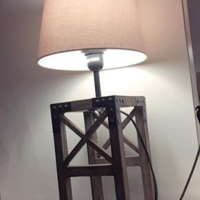 Næsten som ny lampe i ægte træ. Super flot design